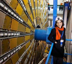 Photo : Claudia Marcelloni/CERN. Fabiola Gianotti devant le détecteur ATLAS.