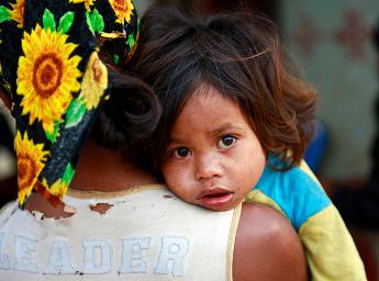 Une mère et son enfant à Lesuata, Timor-Leste, 2011. UN Photo/Martine Perret
