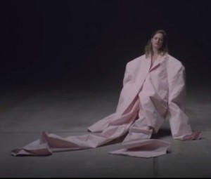 "Christine & The Queens dans le clip ""Paradis perdu"""