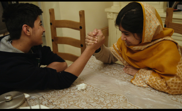 Khushal Yousafzai et Malala Yousafzai à Birmingham, Angleterre. 16 décembre 2013. Photo courtesy of Fox Searchlight Pictures. © 2015 Twentieth Century Fox Film Corporation All Rights Reserved