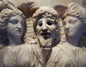 Fragment de sarcophage: Muses et Masque de Tragédie, Marbre, Art Romain , 2e S. Par Flévaris [CC BY-SA 4.0], via Wikimedia Commons