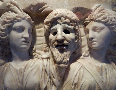 Fragment de sarcophage: Muses et Masque de Tragédie, Marbre, Art Romain , 2e S. Par Flévaris [CC BY-SA 4.0], via Wikimedia Commons