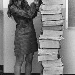 Margaret Hamilton se tenant auprès du code du logiciel de navigation qu'elle et son équipe ont produit pour le programme Apollo, janvier 1969. Par Draper Laboratory [Domaine Public], via Wikimedia Commons
