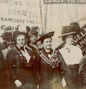 Millicent Fawcett, (au centre, entre Frances Balfour et Ethel Snowden) lors d'une manifestation suffragiste en 1910. Photo LSE Library