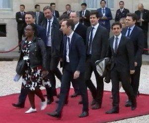 Proches d'Emmanuel Macron dans la cour de l'Elysée le 14 mai 2017. Capture d'écran France2